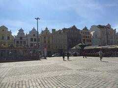 先ほどの教会も建つ、共和国広場。 天気の良いこの日は、左に見えるカフェで日光浴。