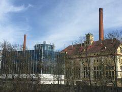 すっくと伸びる煙突を発見。ピルスナー・ウルケルの本社工場です。