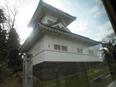 仙台城大手門脇櫓。車窓から。
