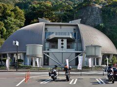 越前町観光案内所では越前がにミュージアム を見に行くことを奨められた。 どこですかと後ろを振り返ったら 大きなカニがいた。
