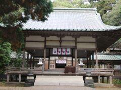 萩城跡指月公園内にある神社。かつての県社で、毛利元就、隆元、輝元、敬親、元徳を5柱として、初代から12代まで萩藩歴代藩主が祀られています。