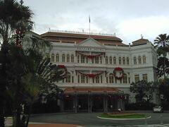 ラッフルズホテル 前を通過しただけ、1泊8万円ほどだそうで、有名人がお泊りするそうです。