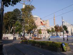 次は、目の前の路面電車の軌道を横断して、イスタンブールを代表する観光スポット「アヤソフィア」に向かいます。