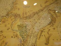 関門海峡の古い海図を展示した場所を発見。門司港駅のすぐ近くの旧三井物産ビルの一階に左側にある。関門海峡らいぶ館と書いてある。無料だ。グーグル・マップにも出ていない!  海図に関心ある人は必見。これらの古地図23枚はトルネードの研究で世界的な学者である藤田哲也博士の遺族の寄贈だそうだ。  関門海峡の深度が克明に記入してある。数時の1は6尺で1.8m。