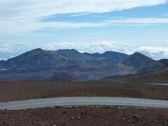 山頂からの眺め その2。 ハレアカラの火口です。