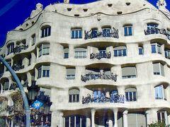 カサ・ミラ 1906年から1910にかけて建設された、ガウディの手がけた最後の邸宅で、 施主の住居といくつかの家族が暮らす集合住宅となっています (現在も現役の住居だそうで、1階には店舗が) 1984年世界遺産に指定されたそうです...  自宅が世界遺産って。。どんな暮らしをしてるんだろう  何かと大変そうですが..??