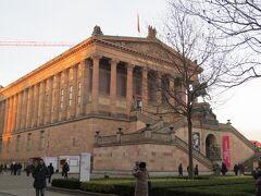 Alte Nationalgalerie(旧ナショナルギャラリー)  先ほどのペルガモン博物館正面入口からぐるっと迂回し、旧ナショナルギャラリーの脇から入場します。予約無しでしたので30分くらい待ちました。日によっては2時間以上待ちもあるようです。事前に時間指定オンライン予約も出来ます。