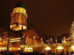 ベルリンでもクリスマスマーケットはここ!と言うゲンダルメンマルクト。 (4トラではジャンダルメンって書いてるけど、ドイツ語読みはゲンダルメン)