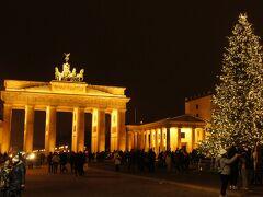 ブランデンブルク門。 ここはクリスマスマーケットは開催されてないけど、大きなモミの木が。