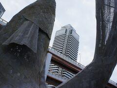 開港120周年の時に建てられたオブジェ。 安藤忠雄氏が監修を担当したそう。
