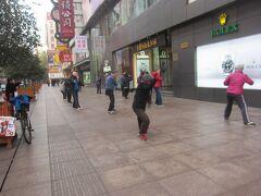 続いて南京東路へ。  南京路歩行街では中国らしく道の真ん中で朝の太極拳をしている方々が沢山います。