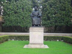 公園内の魯迅墓。1956年に国務院の決定により郊外の墓地から移葬されたものです。  【魯迅】1881年~1936年 紹興市に生まれ、18歳で南京の大学に入学、1902年国費で日本に留学、1909年帰国して杭州・紹興で生物学教師をし、1912年中華民国成立とともに教育部事務官となり北京に居住。1918年小説家として「狂人日記」を発表、1919年「孔乙己」、1921年「阿Q正伝」、1925年「傷逝」を発表。1920年~1926年北京大学・北京女子師範学校講師を務めるが、政府を激しく批判し指名手配されて潜伏生活を送り、その年の8月に北京を離れて厦門大学文学部教授に迎えられる。翌年広州に移り中山大学に迎えられるが後に離職し、1927年上海に移る。