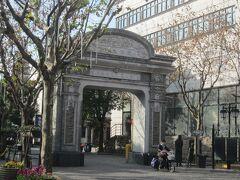 山陰路を戻り、多倫路文化名人街を散策。こちらの門から入って行きます。