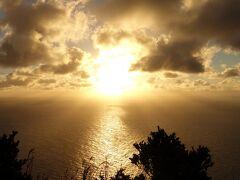 本当は夕日が沈むまでのんびり見ていたかったけれど、暗い山道を下らなければならないので、ほどほどに切り上げました。