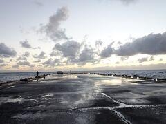 三宝港の岸壁  人を寄せ付けない断崖絶壁の島なので、無理やり造った港です。 なので、船の接岸も大変なのではと想像がつきます。 ちなみに、島の漁船は常に波が荒く接岸できないので、陸揚げされます。  岸壁には、釣り人を数人見かけました。 きっと、大物が釣れることは間違いありません。
