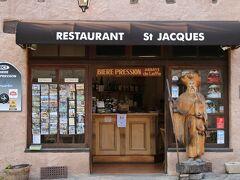 """今晩のお宿「オーベルジュ サン ジャック(Auberge Saint Jacques)」☆☆ 因みに """"サン ジャック""""とは聖ヤコブの事、、 ホテルの入口の横に立ってお迎えして下さっている方が""""サン ジャック""""  「サント フォワ教会」の向かいにある 客室数13の人気の料理自慢のオーベルジュです。  kuritchiが申し込んだこの1泊2日のツアーは ホテルは各自予約 kuritchiにとっては自分の気に入ったホテルを選べれるので大歓迎! (もちろん、ホテル予約の代行もしてくれます) ドライバーのアルノーMrも同じホテル 尋ねてみると、殆ど毎回「オーベルジュ サン ジャック」での宿泊なのだとか…  コンクの村の中での宿泊となるとホテルは限定され、 その上このホテルは人気のホテルなので 宿泊希望の方は早目の予約がお勧めです。  ホテルの施設に関してですが 昔ながらの造りのこのホテルには、エレベーターもありません。 当然お部屋までは狭い階段で上り下り、、 (大きなスーツケース持参は大変なので要注意) また、駐車場もありません。 (少し歩いたところに村営?の駐車場は有り)   kuritchiがホテルへ戻ると ダンナはドライバーのアルノーMrと1Fのパブでビールタイム中、、 kuritchiも合流すると、、  この時初めて、この日の朝に ブリュッセルでテロがあった事を知り        びっくり!!  アルノーMr曰く 「僕もさっきTVのニュースを見て知ったんだよ!  多くの人が怪我をし、犠牲になった様だよ!」  《それで、アルビの大聖堂で午前から午後も ずーっとミサが行われていたのね!》 と気づいたkuritchi、、  のん気なものだと思われるかも知れませんが、、 それほど、ミディピレネーの町々は落ち着いた雰囲気で、平常時と何も変わらずだったのです、、"""