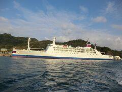 東京と父島を結ぶ、小笠原海運・おがさわら丸(11035t)です。  おがさわら丸と比べると、ははじま丸は小さい船です。 これからの2時間、どうなるのでしょうか‥