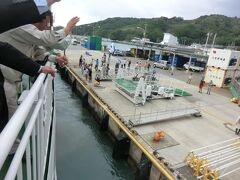 ゴゴゴゴゴォー  ははじま丸が桟橋から離れはじめました。 みんな、手を振っています。