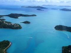 グレートバリアリーフは、約600の小島から成っています。  うっすら、海面には広大なサンゴ礁が見えてきました。