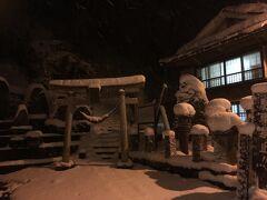 夕食後、雪の舞う肘折温泉を散策。