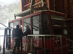 若女将さんに乗り場まで送って貰いました。 県内のスキー場が雪不足で営業出来ない為、天元台高原に集中し駐車場が満車でした! http://www.tengendai.jp/  宿で貰った割引券を使用して午後券を購入。 ロープウェイが00分、20分、40分の出発らしいのですが、すぐに出発してくれました。