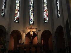 聖ヤコブ教会の中に入って行きます。  質素な教会です。