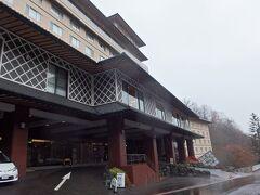 この日のホテルは「登別石水亭」 到着した18時過ぎには、外はもう真っ暗でした。 (写真は翌日撮ったものです。)  3館からなる大きなホテルで、中国からの宿泊客も多くいました。 宿泊費は一人約9,000円。 空港からの送迎バスと翌日札幌までの送迎バス、温泉とビュッフェの夕食朝食付き。
