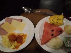 ホテルの朝食ビュッフェで朝ごはん。  メニューは昨日といっしょ。