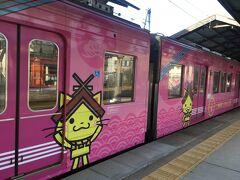 8:24 出雲大社前駅到着。 島根県のマスコットしまねっこが描かれ、更に可愛いさアップのピンクの車両。