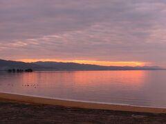 16:07 しんじ湖温泉駅着。 そこから早歩きで夕陽100選に選ばれている宍道湖へ。 いい感じじ焼けてきました。 、