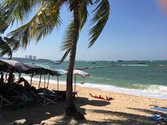 パタヤビーチに行って見ました。 波が高いなぁ。 遊泳区域があるのでかなり波が高いのがわかります。 沖には船がたくさん出でいました。 マリンスポーツやってましたね。