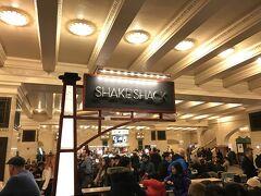 ここに来たらということで鉄板の SHAKE SHACK でハンバーガーをいただきます。結構長い列ができてましたが、あまり待たずに購入できました。ただ座る場所がなかなか空かないんですよね。