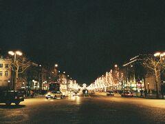 1998年大晦日のシャンゼリゼ通り。カウントダウンはどんなだろう、なんてことを考えるには時間がない。慌ただしく、観光を終えると即座にオルリーに向かいました