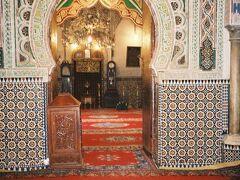 フェズのメディナを建設したムーレイ・イドリス2世の廟は鮮やかな装飾が印象的。マグレブ諸国に共通していますが、非ムスリムは宗教関係に施設に入れない場所が多くて残念