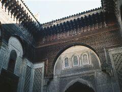 14世紀に建てられたアッタリーン・マドラサ。小規模ですが細やかで繊細な彫刻が施されていてイスラム芸術の素晴らしさを感じさせてくれます