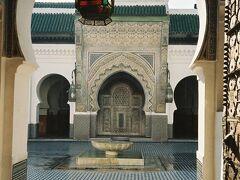9世紀創建の由緒あるカラウィン・モスク。扉から中庭を覗くことしかできないのが何とも。