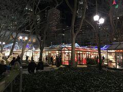 ホテル近くの Bryant Park にはまだクリスマスマーケットが。中央はスケートリンクが設営されています。