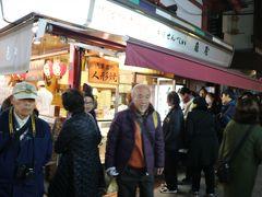 ここの人形焼屋さんは人気店なのでしょうか?!行列が出来ていました。