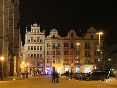 夕食後に少しだけ夜の散歩を。  ここは中央にある共和国広場。