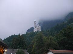 9月6日 朝から雨でした。 今日は、ホーエンシュバンガウからミュンヘンに行きます。  朝食まえの散歩です。 雨でちょっと残念ですが、お城は綺麗に見えてました。