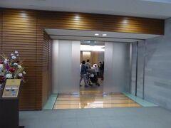 12月23日 夕方の5時半過ぎに成田空港に到着しました。搭乗予定のJL771便、シドニー行きの出発時刻は19:30ですので、チェックイン後に1時間以上の余裕があります。JALビジネスラウンジで過ごすことにしました。JAL桜ラウンジの入口です。