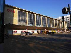 翌朝、ウィーン西駅の正面です。 今日は、午前中にシェーンブルン宮殿観光、後はウィーンのリンク周辺を散策します。  昨日の夕食はウィーン西駅にあるノルトゼーで済ませました。ノルトゼーはオーストリア等に展開する魚介専門のファーストフードチェーンです。  また、市内交通用の24時間フリーパスを駅構内のタバッキであらかじめ購入しておきました。(地下鉄等の自販機でも購入できます。)