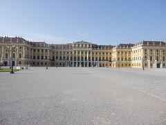シェーンブルン宮殿に到着しました。 ハプスブルク家の夏の離宮です。 広く綺麗な宮殿です。