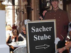 ザッハートルテで有名なカフェザッハーの前まで来ました。 せっかくなので、ここに入ってお茶にします。