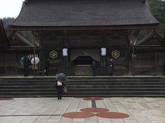 経路上出雲大社本殿から参拝します。  比較的人は少ないようにも思います。
