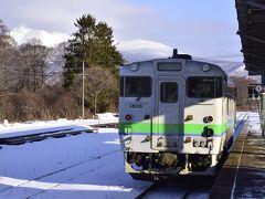 8:59 函館本線のローカル列車は大沼駅に到着 バックにチラっと駒ケ岳が見えましたので一枚パチリ☆