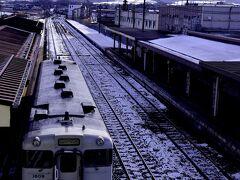 9:36 函館本線のローカル列車は森駅に到着 この駅では30分ほどの停車時間があります