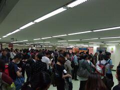 入国審査を待っています、 天井が低いので、早く通過したいという気持ちになります。