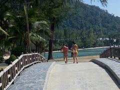 チャン島に着き、 ワンボックスカーの客を、 それぞれの宿泊先へ降ろしていきます。 その途中での1枚です。 Chai Chet Resort かな。