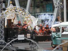 セントラルワールド前でコンサート。